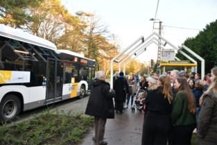 Niet schrikken: huis over bushalte gebouwd