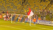 Fans van KV Kortrijk breken in vlaag van vreugde omheining af, met doelpuntenmaker als 'slachtoffer'