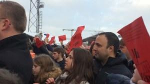 Pakkend moment: rood papier met namen overleden kinderen gaat de lucht in