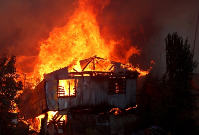 Noodtoestand door aangestoken vuurzee in Valparaiso: woningen vernield, 90.000 mensen zonder stroom en massale evacuatie