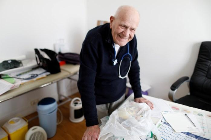 """Oudste praktiserende huisdokter van Frankrijk (98) gaat dapper door: """"Ik kan mijn oudjes toch niet in de steek laten?"""""""
