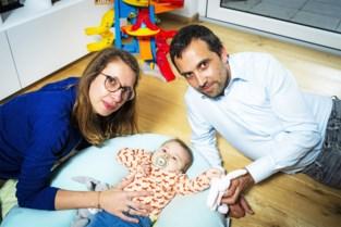 """Overschot van sms-actie voor Pia gaat mogelijk naar andere baby met dezelfde ziekte: """"Ze kunnen op onze steun rekenen"""""""