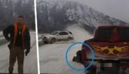 Werknemer takeldienst controleert wagen langs snelweg, maar ziet niet dat slippende auto op hem afstevent