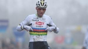 Nieuw jaar, oude gewoonten: Mathieu van der Poel soleert in gloednieuwe outfit naar de zege in GP Sven Nys