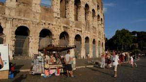 Toeristen mochten er al niet meer eten of hun schoenen uitdoen, nu kunnen ze ook geen souvenirs meer kopen naast monumenten in Rome