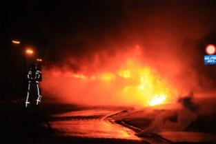 Wagen in lichterlaaie op carpoolparking aan E17: mogelijk vuurwerkpijl in wagen gegooid