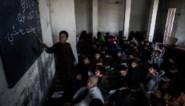 Afghanistan roemt man die elke dag 12 kilometer met dochters naar school stapte
