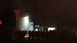 Scouts scharen rond het vuur met Frederik in gedachten