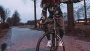 Puck Moonen showt haar nieuwe fiets met een kunstje