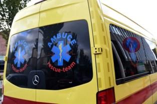 Bestuurder merkt 85-jarige vrouw te laat op: slachtoffer in levensgevaar naar ziekenhuis