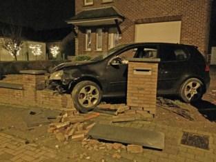 Twintiger vliegt met auto door tuinen en crasht op muurtje