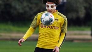 IN BEELD. Axel Witsel traint met gezichtsmasker na val door kinderhekje