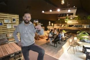 Foyer wordt (tijdelijk) hippe bar, mét opvallend zomers meubilair