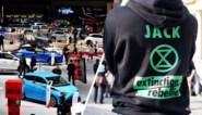 Actievoerders 'Extinction rebellion' dreigen zich vast te lijmen aan auto's op Autosalon