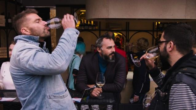 """Kobe Ilsen trapt tweede seizoen van 'Op één' af met flink wat alcohol: """"Er is een constante, dat de mens op zoek is naar een roes"""""""