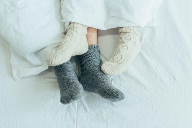 Slapen met sokken, is dat eigenlijk een goed idee?
