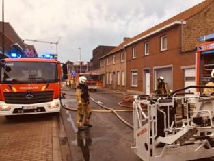 Achterbouw van rijwoning in Poelkapelle gaat in vlammen op