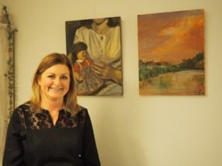 Amerikaanse mama Jennifer koopt schilderij van Leedse kunstenares Els