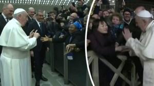 """Paus Franciscus grapt met non over zijn corrigerende tik op oudejaarsavond: """"Niet bijten!"""""""