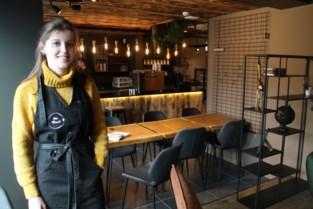 Lisa (21) tovert leegstaande stoffenwinkel om tot smaakvolle koffie- en chocoladebar (die niet zou misstaan in grote steden)