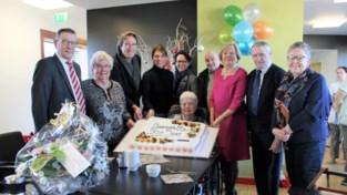 Foto. Bloemen & lekkere taart voor eeuwelinge
