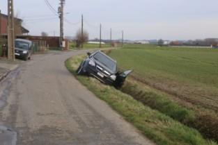 Wagen bolt achteruit van oprit, vrouw raakt gekneld
