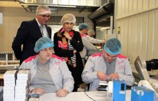 FOTO. Vlaams viceminister-president Hilde Crevits op theevisite bij maatwerkbedrijf OptimaT