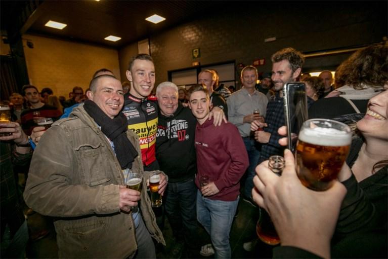 Kersvers kampioen Laurens Sweeck viert Belgische titel met bier en frieten tussen zijn fans in Schriek