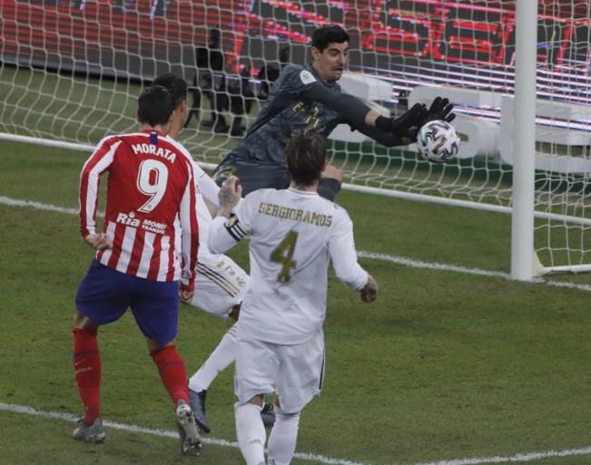 """Real Madrid wint Spaanse Supercup dankzij sterke Courtois, coach Zinedine Zidane looft zijn doelman: """"Alle eer naar hem"""""""