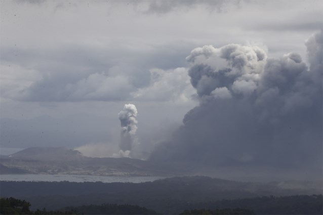 Vulkaan op Filipijnen spuwt nu ook lava uit