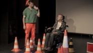 Een voorstelling als verkeerscampagne: verpleger en verkeersslachtoffer spelen samen toneel om jongeren te waarschuwen voor veilig verkeer