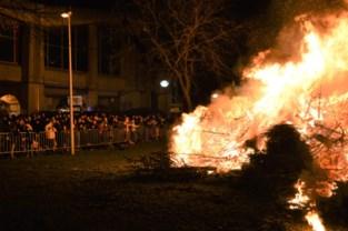 Achttiende kerstboomverbranding lokt heel wat volk