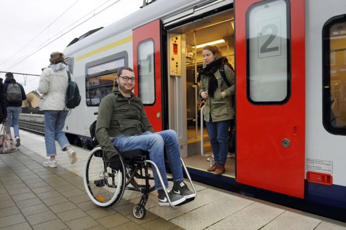 """NMBS laat rolstoelgebruikers in de kou staan met nieuwe wagons: """"Verschuilt zich achter excuses"""""""