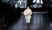 Model loopt met lammetje over de catwalk voor Dolce & Gabbana
