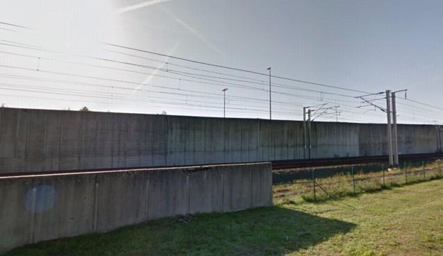Bestuurder vlucht voor politiecontrole, maar rijdt zich vast in berm van spoorlijn