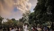 Unieke huwelijksfoto's: koppel geeft elkaar het jawoord onder kilometershoge aswolk van uitbarstende vulkaan