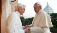 """Clash tussen pausen Franciscus en Benedictus: """"Een rauwe machtsstrijd zoals we die lang niet meer gezien hebben"""""""