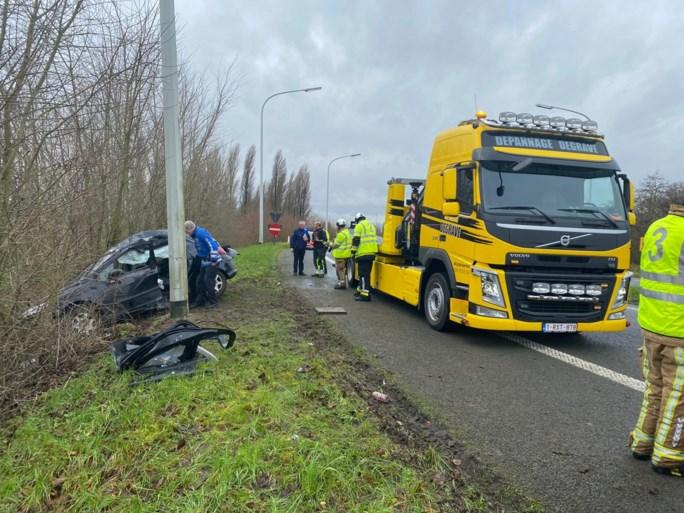Vrouw schat bocht verkeerd in en knalt met wagen tegen verkeerslicht op E40-A18