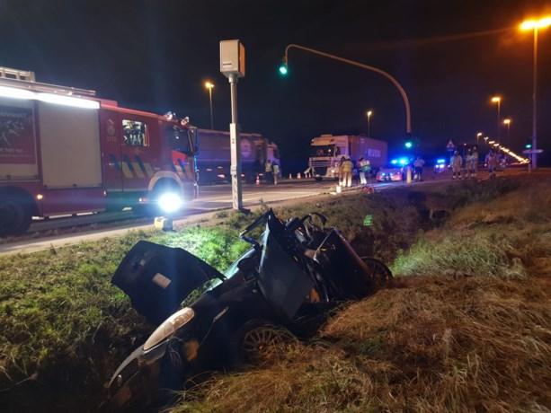 Zwaar ongeval op Kennedylaan: vrachtwagen ramt auto in de gracht
