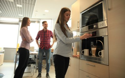Kopje koffie zonder geklaag, graag: deze positieve smalltalk aan de koffieautomaat maakt ons gezonder