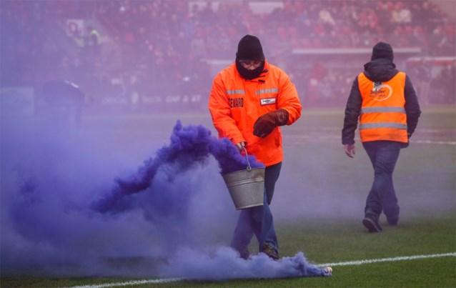 Standard en Anderlecht krijgen zware boetes na gebruik vuurwerk en rookbommen, Cercle moet dokken voor gegooide muntstukken