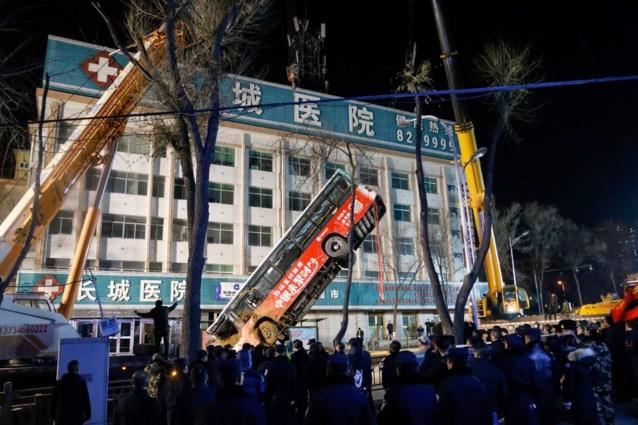 Zinkgat slokt bus op in China: zes doden