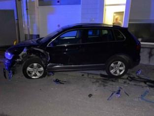 18-jarige kelner ramt dronken vier geparkeerde auto's en belandt op dak