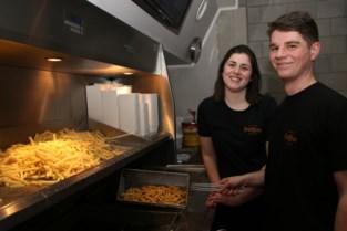Jonge ondernemers bakken patatjes goudgeel in FrietHeus