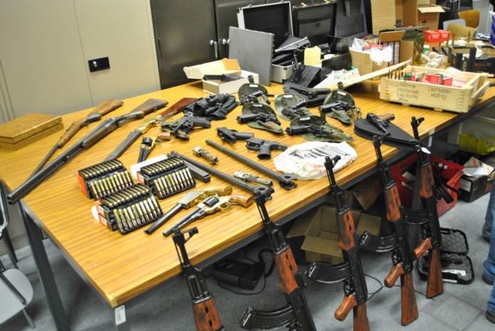 Leerkracht verkoopt oorlogswapens om 'centje bij te verdienen'