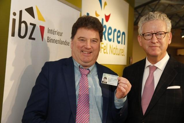 Minister Pieter De Crem reikt eerste eID met vingerafdrukken uit (aan burgemeester van Lokeren)