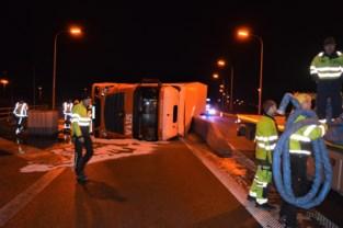 Vrachtwagenbestuurder mist bocht en kantelt op het Ei in Kortrijk