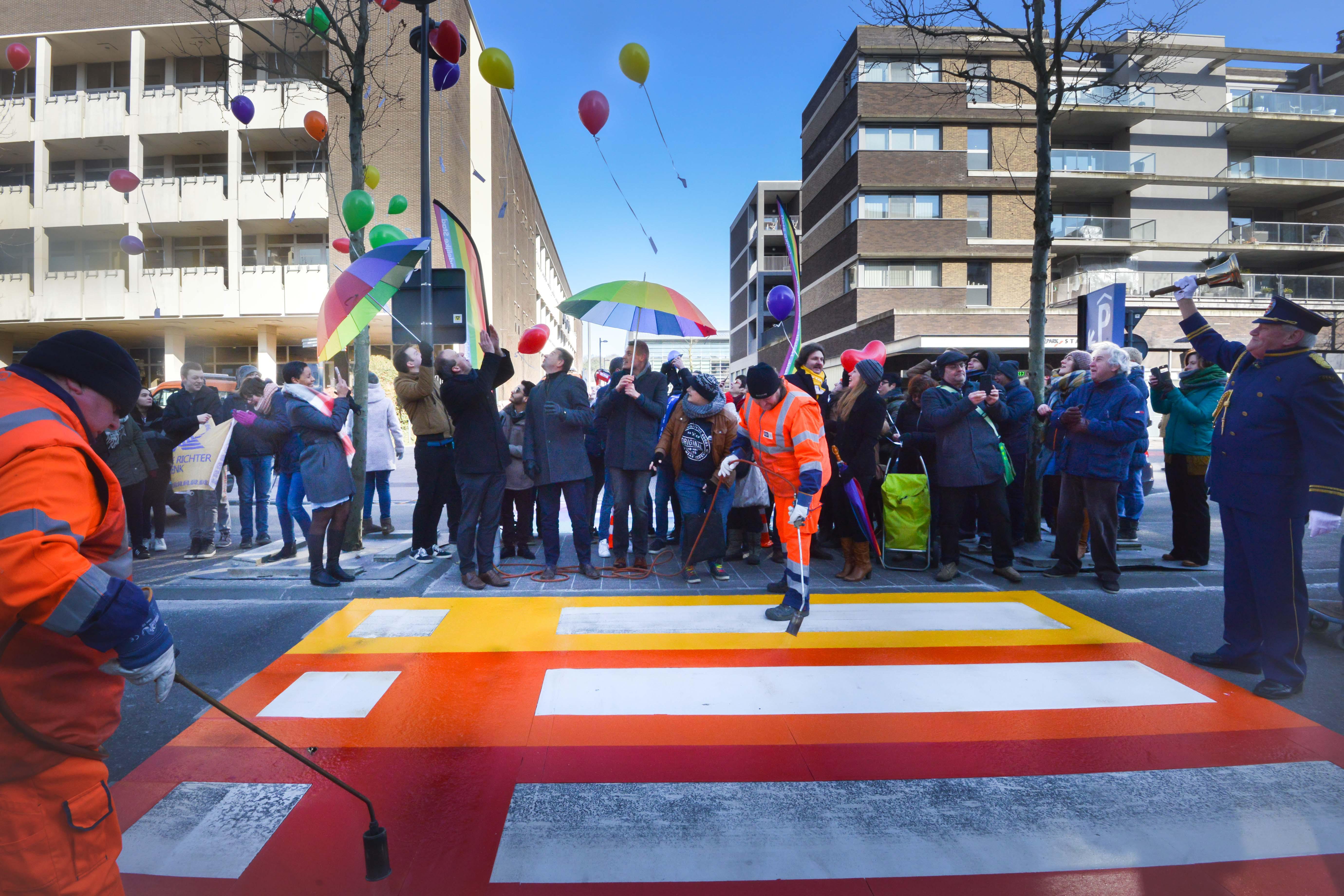 """Regenboogzebrapad verdeelt gemeenteraadsleden: """"Die problematiek van holebi's speelt hier niet"""""""