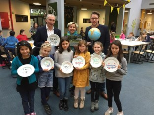 Schoolkinderen helpen zustergemeente in Australië
