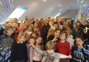Kinderen van basisscholen op podium met Popkoor Akkoord